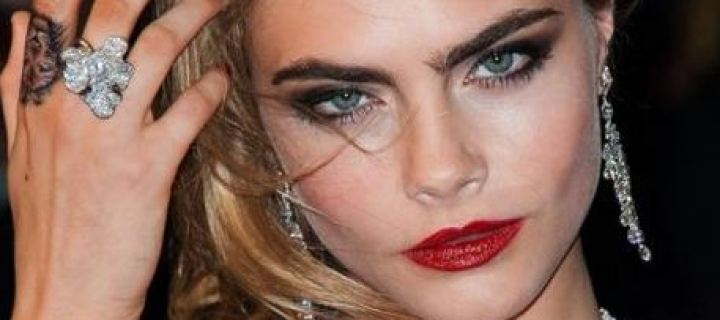 "Cara Delevingne tatuou ""bacon"" na sola do pé"