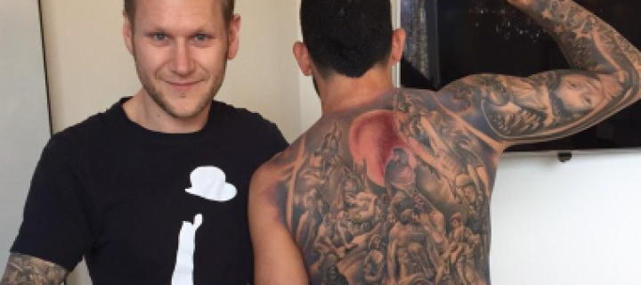 Tévez fechou as costas com tattoo